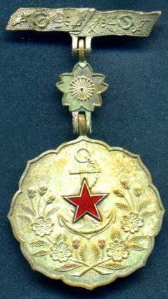 Аверс и реверс знака «За заслуги» общества женщин-патриоток Японии 3-й степени.