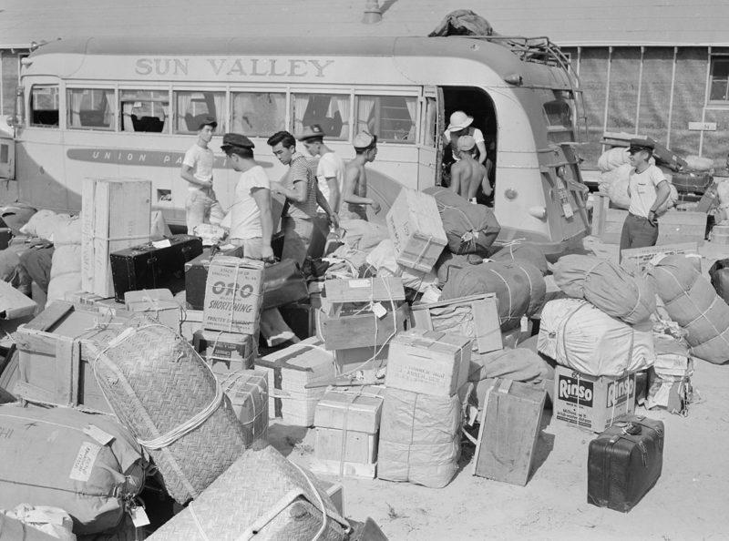 Багаж, интернированных сортируется перед направлением владельцам в бараки. Август 1942 г.