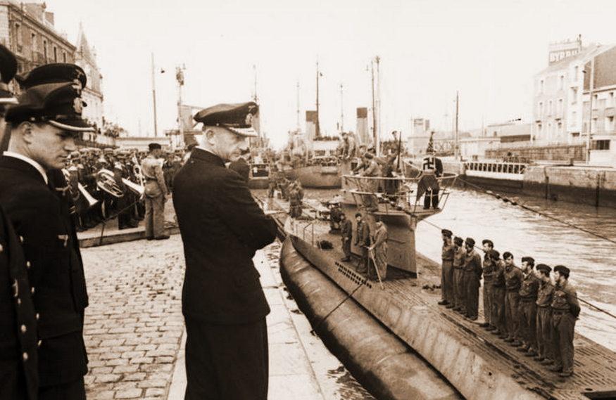 Командующий подводными силами Карл Дёниц встречает подлодку «U-94». Сент-Назер. Июнь 1941 г.