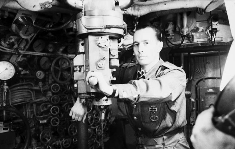 Капитан подлодки «U-94» Герберт Куппиш у перископа. Июнь 1941 г.