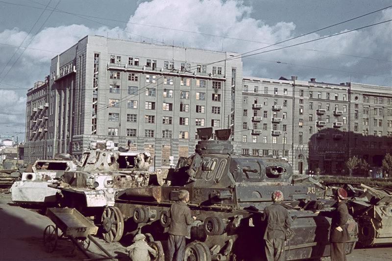 Дети у подбитых немецких танков на Привокзальной площади. Лето 1942 г.
