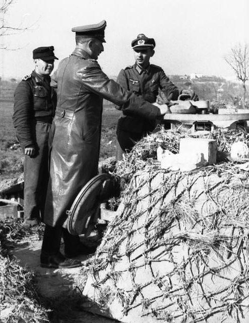 Генрих Фитингхоф осматривает укрепления. 1944 г.