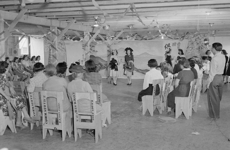 Постановочное фото американской пропаганды. Показ местных мод. Лагерь «Tule Lake» (Калифорния). Сентябрь 1942 г.
