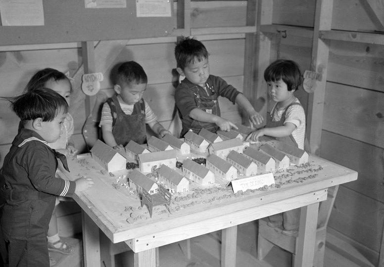 Постановочное фото. Дети в детском саду лагеря «Tule Lake». Сентябрь 1942 г.
