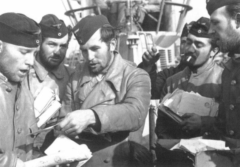 Моряки подлодки «U-38» получают письма. Лорьян. Июнь 1941 г.
