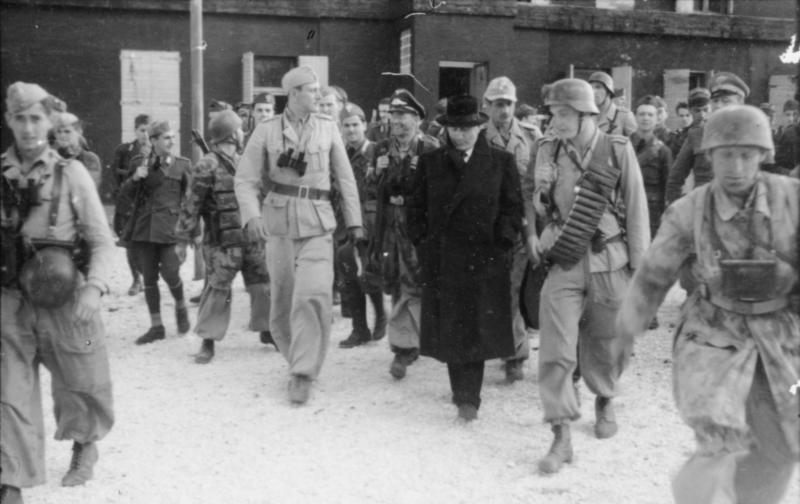 Отто Скорцени и Бенито Муссолини среди немецких десантников. Гран-Сассо. 1943 г.