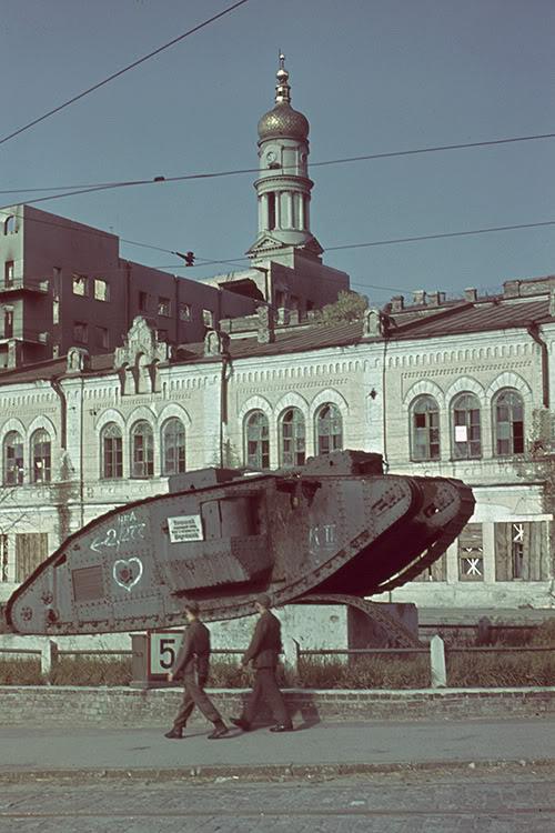 Немецкий патруль у исторического музея. Лето 1942 г.