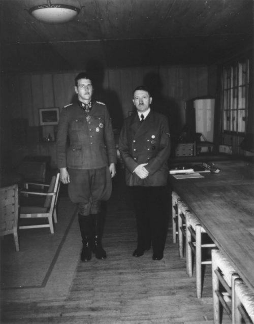 Отто Скорцени и Адольф Гитлер после награждения Рыцарским Крестом в «Вольфшанце». 1943 г.