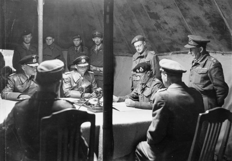 Ганс Фридебург с делегацией ведет переговоры о капитуляции. 1945 г.