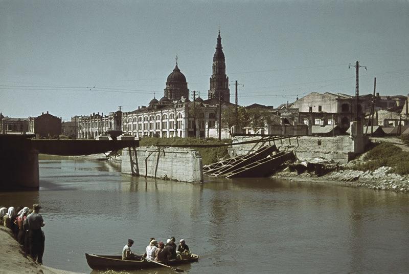 Лодочная переправа через р. Лопань у взорванного моста. Лето 1942 г.