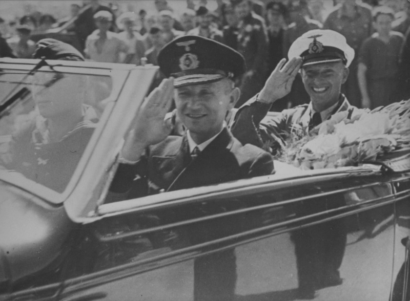 Вице-адмирал Карл Дёниц и командир подлодки «U-107» на улице французского Лорьяна. Июль 1941 г.
