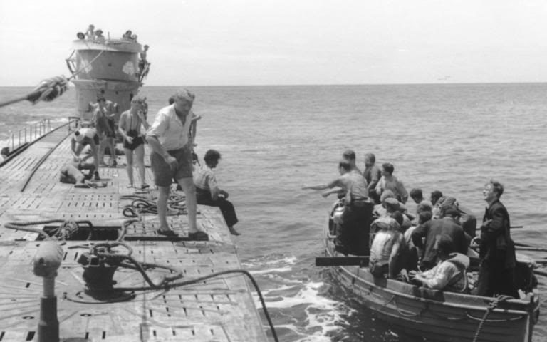 Подлодки «U-107» спасает экипаж затонувшей лодки. Август 1944 г.