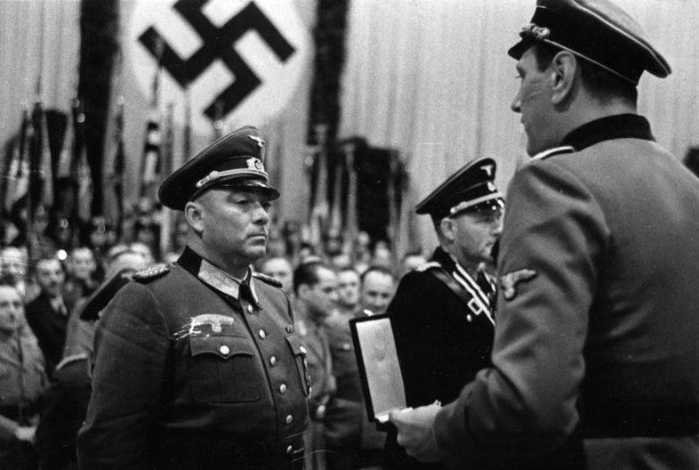 Отто Скорцени получает Рыцарский крест из рук Гельмута Кернера. 1943 г.