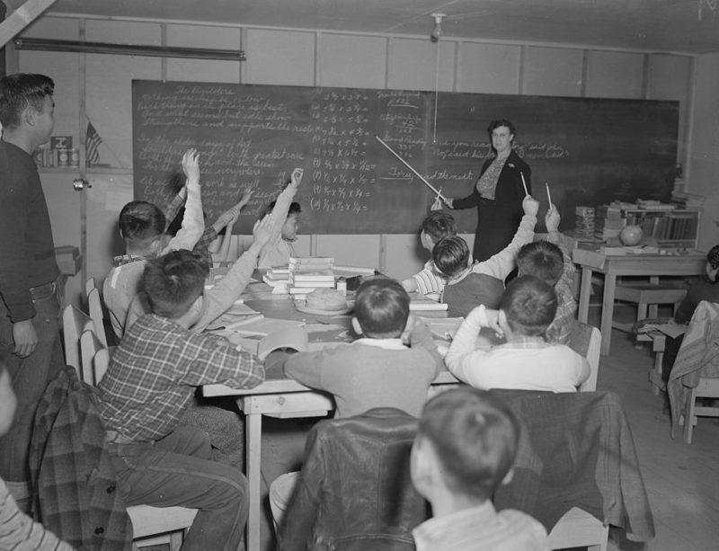 Постановочное фото. Занятия в школе. Лагерь «Tule Lake» (Калифорния). Ноябрь 1942 г.