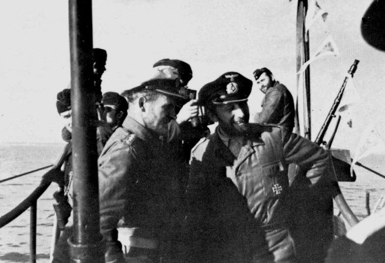Командир подлодки «U-552» Эрих Топп (слева) на мостике. Октябрь 1941 г.