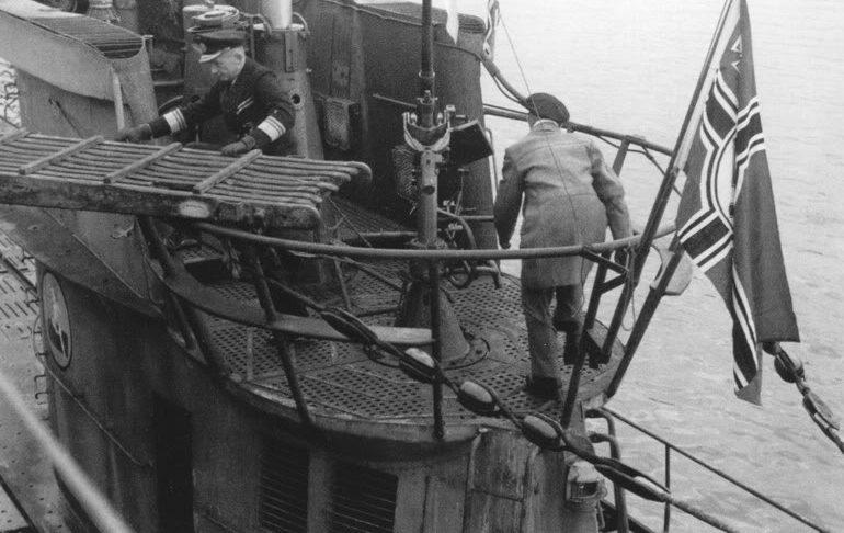 Адмирал Дениц помогает спустить трап на подлодке «U-38». Октябрь 1941 г.