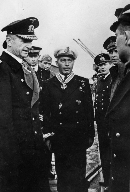 Адмирал Карл Дениц (слева) наградил командира итальянской подлодки «Барбариго» Энцо Гросси Рыцарским крестом Железного Креста. Октябрь 1943 г.