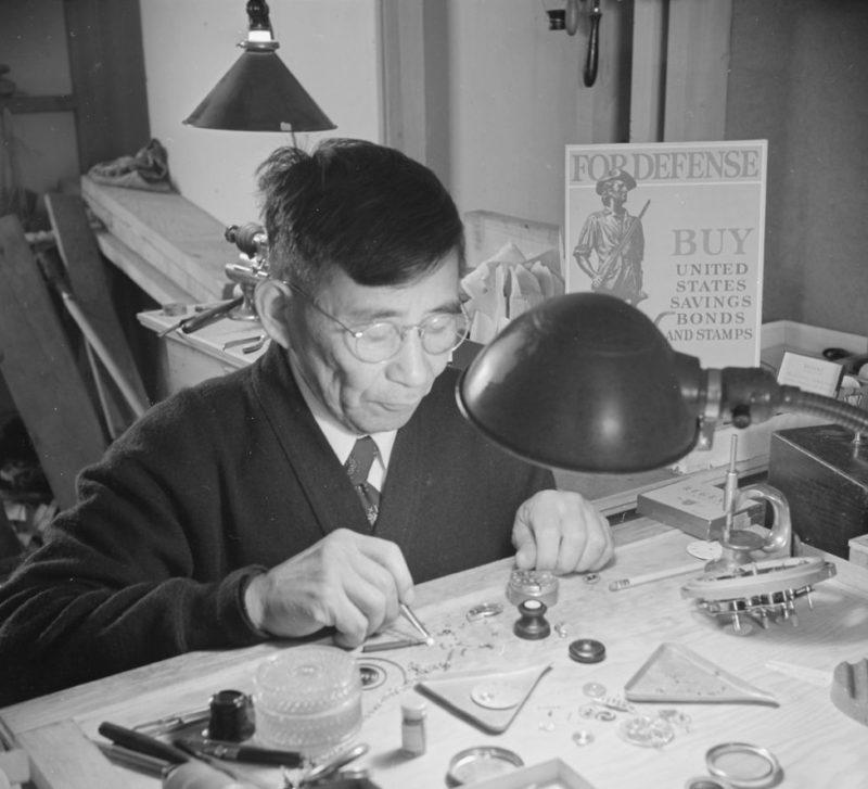 Мастерская по ремонту часов в лагере «Minidoka». Декабрь 1942 г.