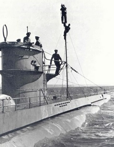 Установка дополнительной радиоантенны на подлодке «U-86». Ноябрь 1943 г.