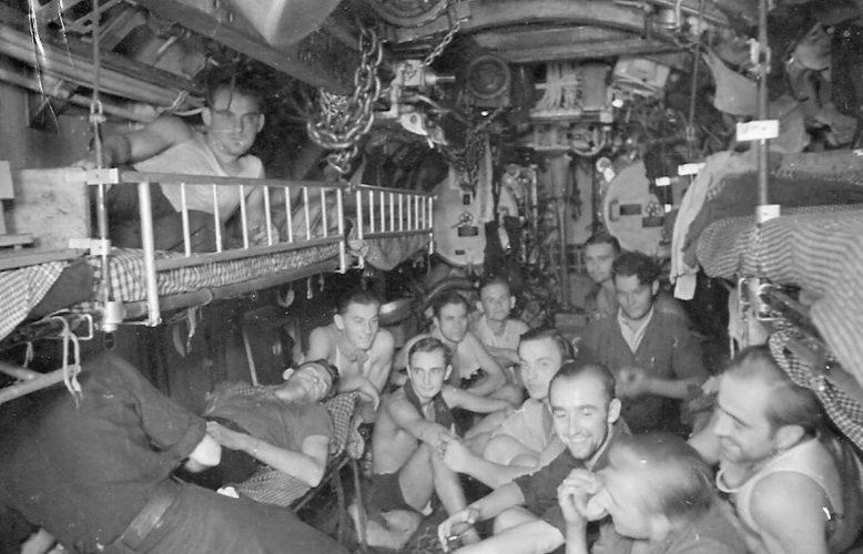 Экипаж немецкой подлодки «U-73» в часы досуга. Декабрь 1943 г.