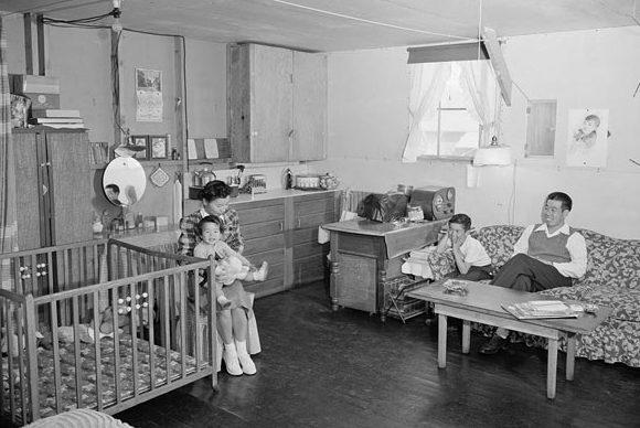 Постановочные фото американской пропаганды. «Семейный уют» в персональном углу барака лагеря «Мансанар». 1942 г.