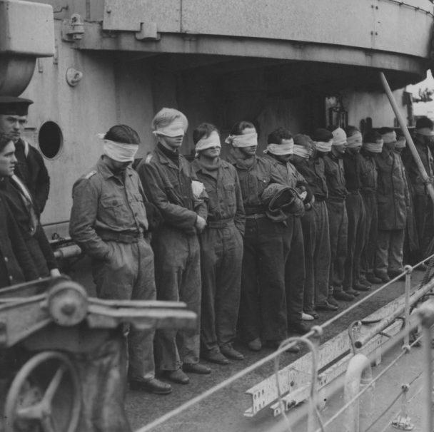 Пленный экипаж подлодки «U-643» на борту британского эсминца в порту Гринок. 1943 г.