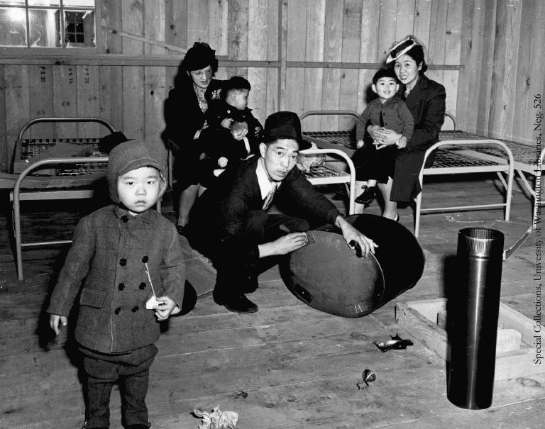 Заселение «осчастливленной» семьи в лагерный барак. Из мебели – только солдатские койки. 1942 г.