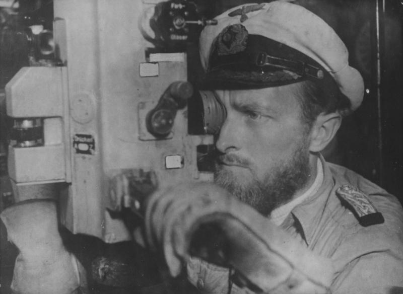 Командир подлодки «U-177» Роберт Гизе у перископа. 1943 г.