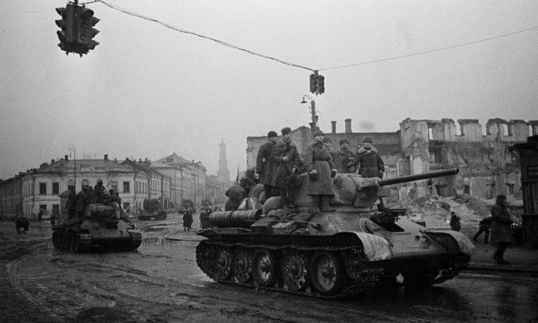 Танки Т-34 на проспекте Сталина (Московском). Февраль 1943 г.