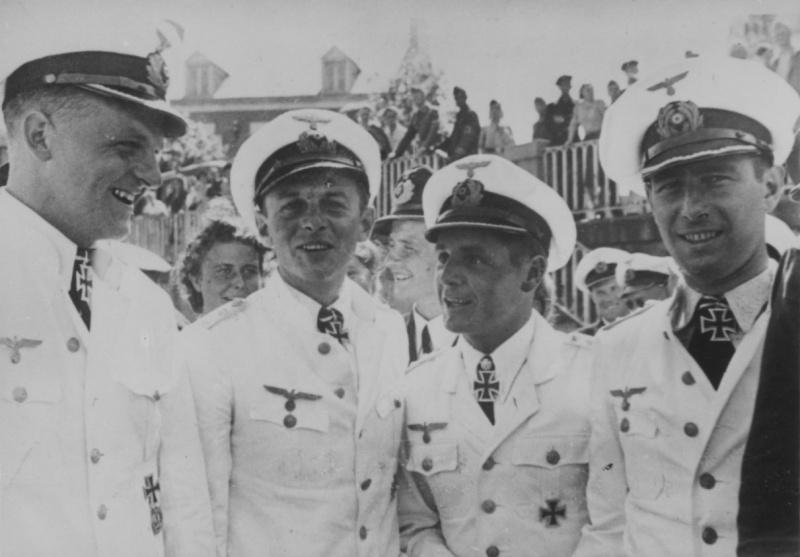 Командиры подлодок (слева направо) «U-552» - Эрих Топп, «U-93» - Клаус Корт, «U-567» - Энгельберт Эндрасс и «U-94» - Герберт Куппиш на набережной французского порта. Сент-Назер. 1941 г.