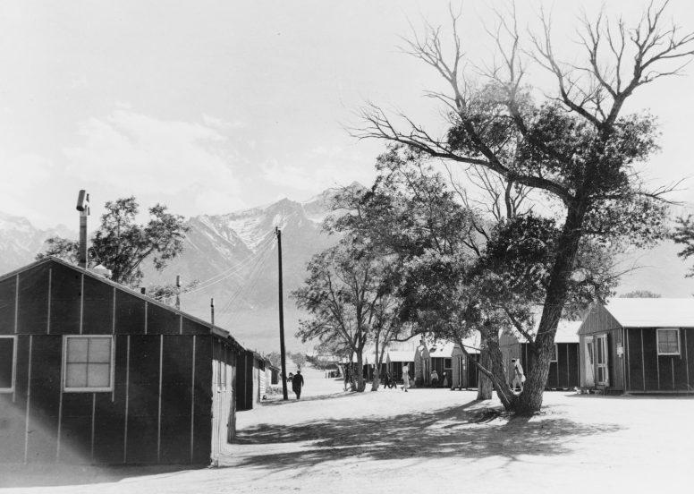 Вид на жилые бараки лагеря «Манзанар». 1942 г.