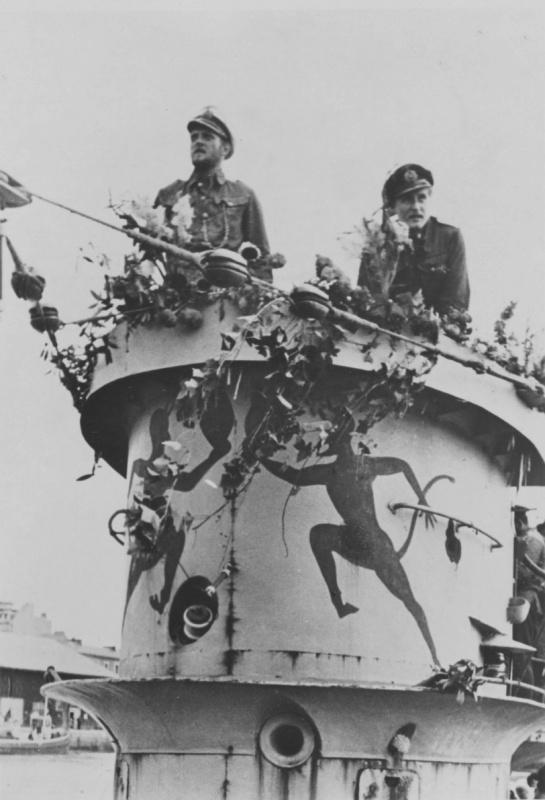 Капитан-лейтенант Эрих Топп на мостике подлодки «U-552». 1941 г.