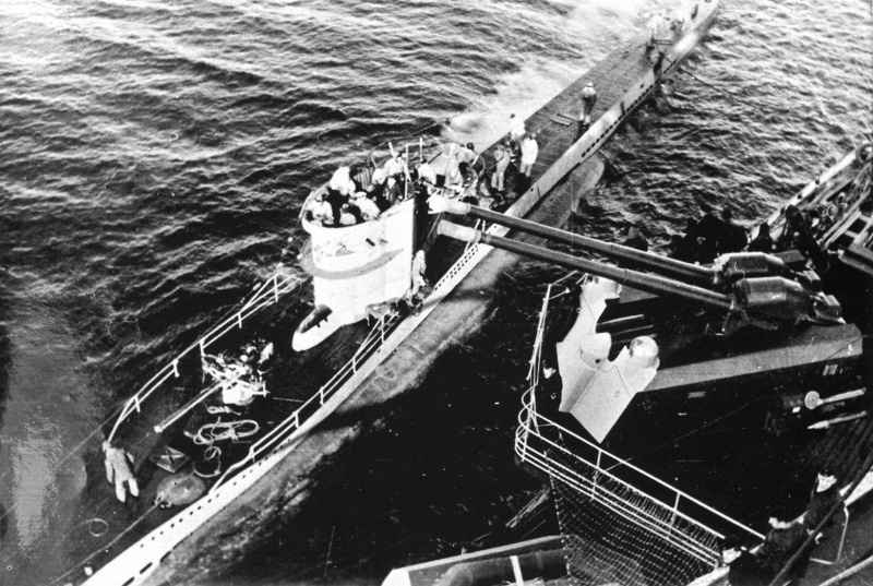 Подлодка «U-251» пополняет топливо с тяжелого крейсера «Адмирал Шеер» 1943 г.
