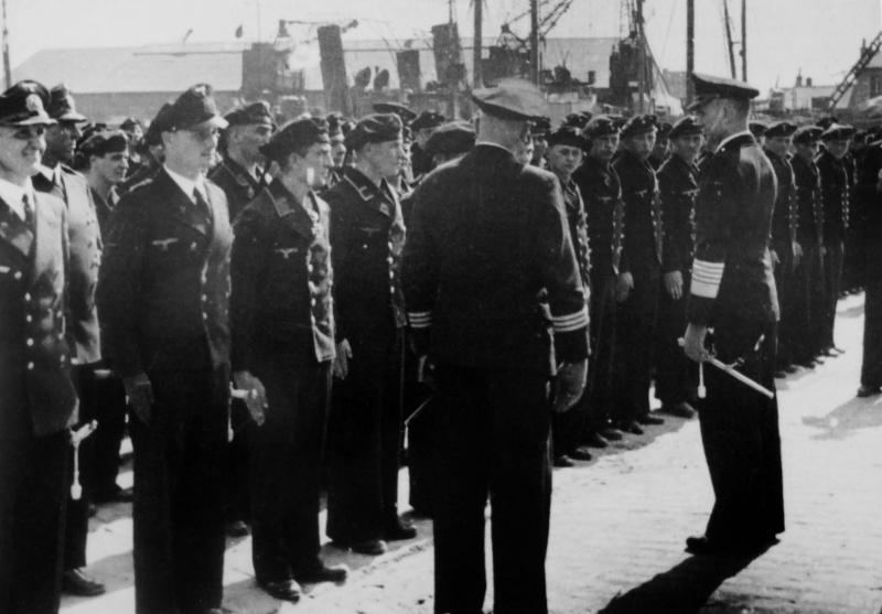 Гросс-адмирал Карл Дениц инспектирует личный состав экипажей Кригсмарине. Брест 1943 г.