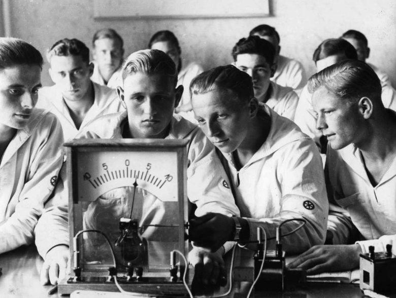 Кадеты-подводники морской инженерной школы Кригсмарине на занятиях. 1941 г.