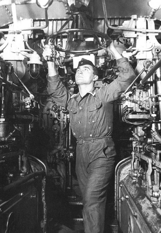 Моторист подлодки «U-178» в дизельном отсеке. 1943 г.