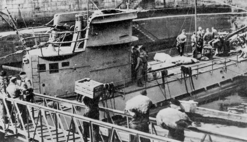 Моряки загружают припасы на подлодку «U-43». 1941 г.