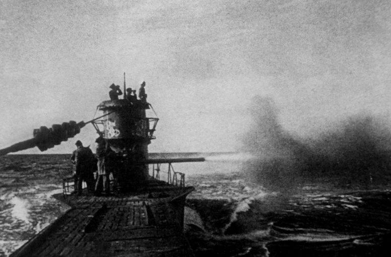Подлодка «U-47» ведет огонь из орудия в Северной Атлантике. 1941 г.
