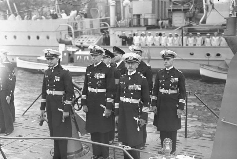 Офицеры подлодки «U-45» в парадной форме во время праздника флота. 1941 г.