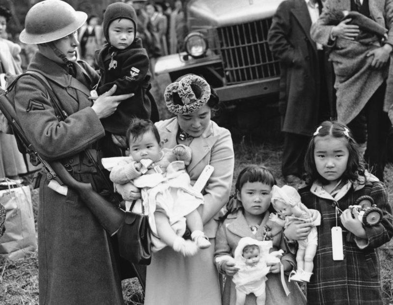 «Помощь» армии всегда кстати. Особенно на пути в лагерь. 1942 г.