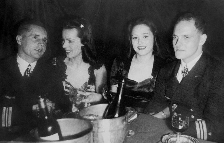 Командиры подлодок «U-46» Эндрасc и «U-552» Эрих с «подругами» в ночном клубе «Шахерезада». Париж 1941 г.