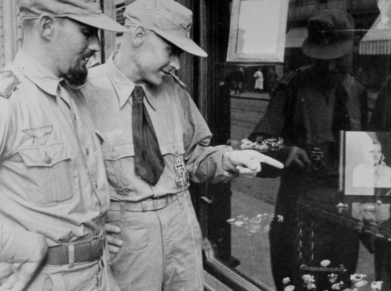 Немецкие подводники у витрины ювелирного магазина. Бордо. 1941 г.