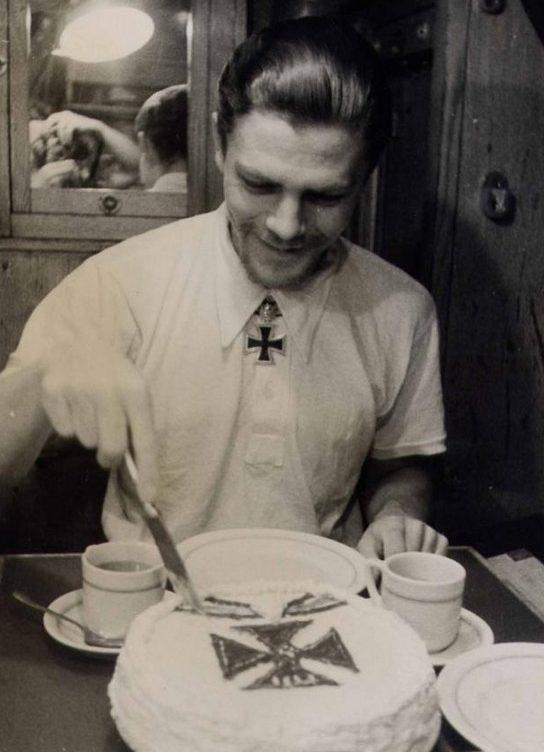 Командир подлодки «U-172» Карл Эммерманн празднует получение Рыцарского креста. Ноябрь 1941 г.
