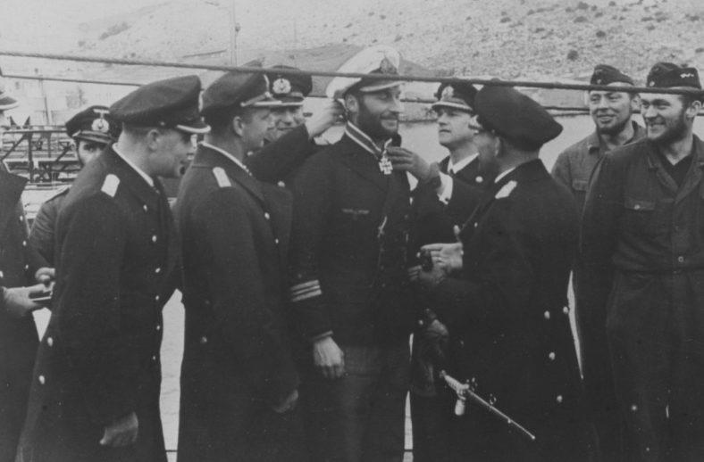 Награждение командира подлодки «U-331» Ганса-Дитриха фон Тизенгаузена Рыцарским крестом Железного Креста за потопление британского линкора «Бархэм». Февраль 1942 г.