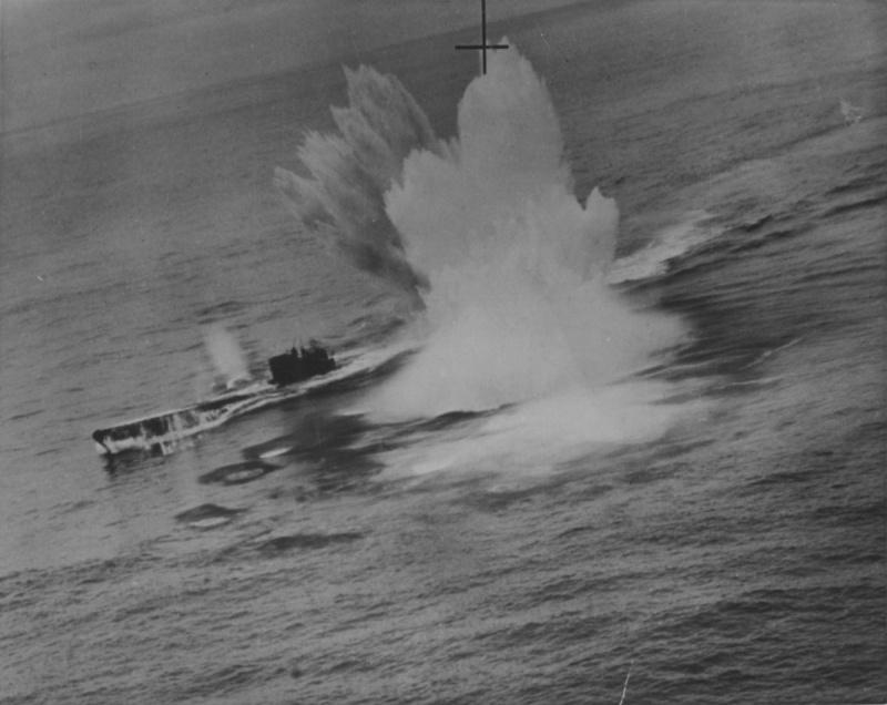 Подлодка «U-625», атакуемая бомбардировщиком «Сазерленд» 422-й канадской эскадрильи в северной Атлантике. Март 1944 г.