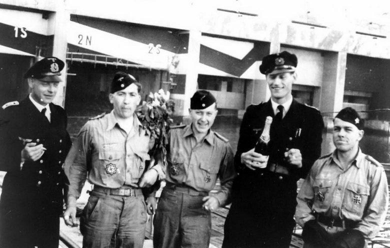 Члены экипажа подлодки «U-198» у бункера подлодок во французском Ла Паллисе. Апрель 1944 г.