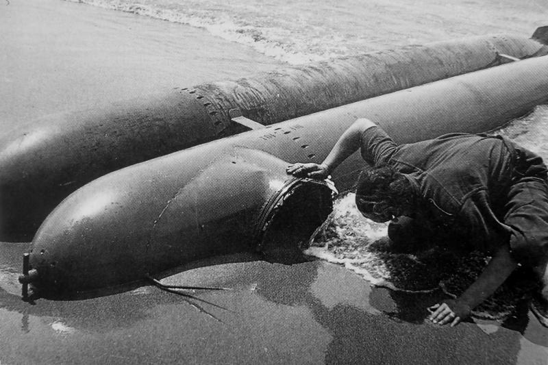 Человеко-торпеды «Негер», выброшенные на берег пляжа в Анцио. Апрель 1944 г.