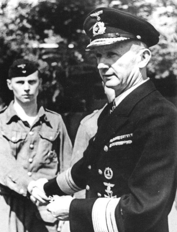 Вице-адмирал Карл Дениц награждает матроса-подводника. Март 1942 г.