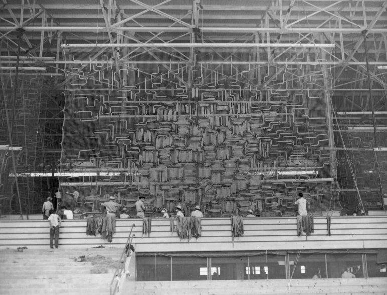 Производство маскировочных сетей в лагере сборного пункта Санта Анита. 1942 г.