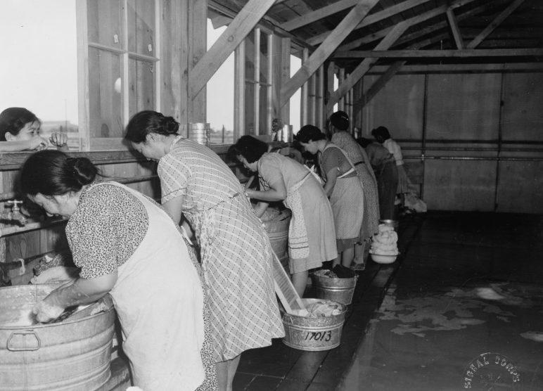 Стирка белье в лагере сборного пункта «Пайндэйл» (Калифорния). 1942 г.